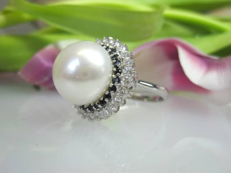 Perlenring mit Edelsteinbesatz