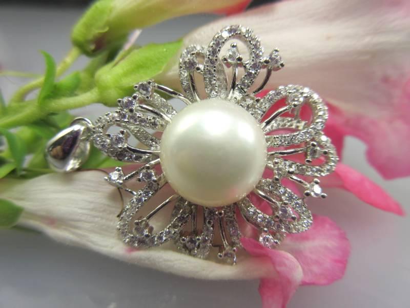 Anhänger mit Perle