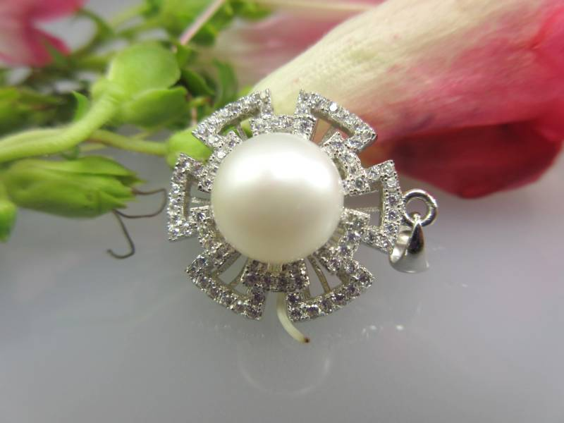 Filigraner Schmuck mit Perlen