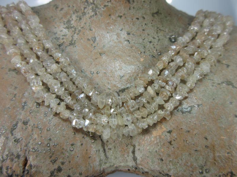 Zirkon aus natürlichen Kristallen