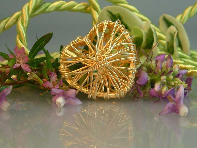 Gravierter Rauchquarzedelstein als Strang mit feinen Blättern