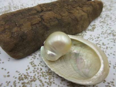 Naturgoldene Perle