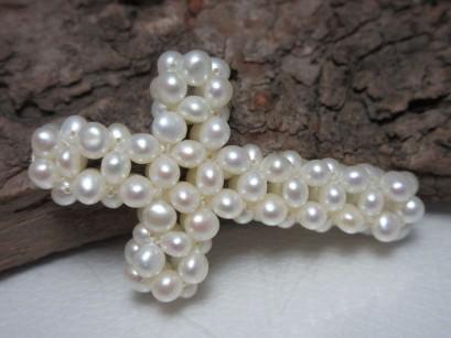 Kreuz aus Perlen