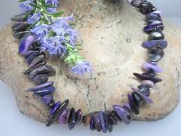 Sugilith, natürlich in lilafarbenen Nuggets / Edelsteine lila