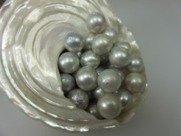 Naturfarbe: Silberhelle fast runde Südseeperle, ungebohrt 11mm
