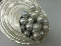 Naturfarbe: Silberhelle fast runde Südseeperle, ungebohrt 10mm