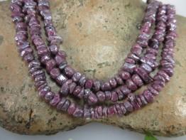Rubinkristalle als Strang bedampft mit Silber auf Stahllitze