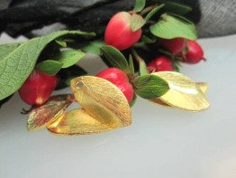ZS562 -- Neu : 10 Stück Blatt gebogen/gelocht Kupfer vergoldet