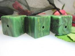 4 einzelne Würfel echte Jade/ behandelt - grün nachgefärbt