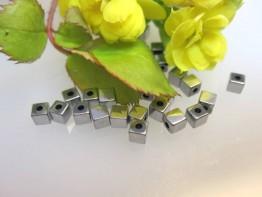 ZS590 -- 10 Stück Würfel Hämatin hochglanz 3mm quer gebohrt