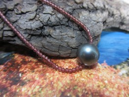 Granatschmuck / Halskette mit schwarzer Tahitiperle