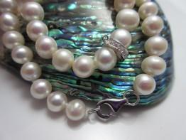 Perlenkette günstig mit Zwischenelement aus Edelsteinen