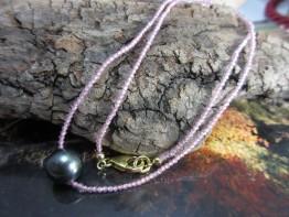 Rosa Saphir Edelsteinkette mit schwarzer Tahitiperle